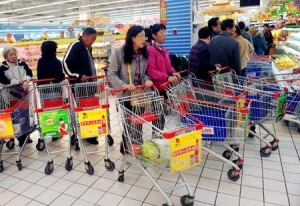 Chinese consumers; photo courtesy of Xinhua