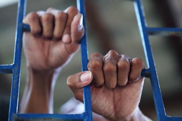 Jail-Hands-Behind-Bars-sakhorn-600x400